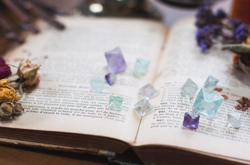 洋書と天然石